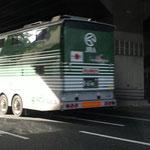 小倉競馬場モノレール駅下を駆け抜けます。