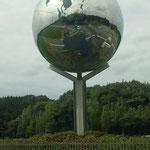 道路沿いにふしぎな球体?