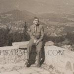 Richard seduto su quel che rimane della terrazza del Berghof 1945