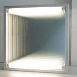 o.T. (Lichtkasten), 1971, Spiegel, Spionspiegel, Fluoreszenzlicht, weiß bemaltes Holz, Aluminiumkastenrahmung, 50,5x50,5x12cm