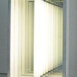 Licht-Raumkasten, 1971, Spiegel, Spionspiegel, Fluoreszenzlicht, weiß bemaltes Holz, Aluminiumkastenrahmung, 50x30x15cm, Ed. 5/60 Galerie Reckermann, seinerzeit wurden bei einem Klavierbauer nur 5 Exemplare gebaut