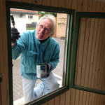 Reinhard beim Streichen der Fenster