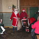 der Weihnachtsmann mit seinem Rentier