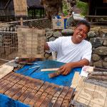 Dorfbewohner bei seiner Handwerksarbeit