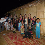 Avec les enfants du village en tenue traditionnelle