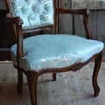 Stuhl mit kapitoniertem Rückenpolster
