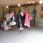 ナヤノギャラリー 布のリサイクルで作られたパッチワーク作品の展示。
