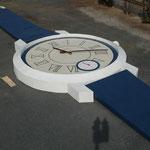空き地に製作されたWorld Record Watch世界一大きな時計。 あまりにも大きいのでクレーンに乗って鑑賞。