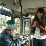 バスに乗り込むと、突然、女性の一人芝居が始まる。東京から数年ぶりに帰郷したという彼女の思い入れたっぷりのガイドによって知らない風景に感情移入。