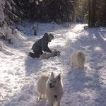 Lexi beim Schneewellness, vorne Riga, Mitte Leni