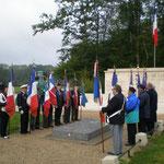 Les porte-drapeaux entourent la tombe du Colonel O'Neill devant le Maquis de Lorris