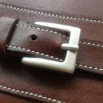 艶のないシルバーのバックルが魅力。こちらは通常のミシン縫いです。