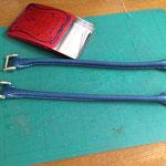 縫い合わせて手紐芯を入れ、金具もつけます。赤いミントの缶はお針箱。