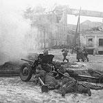 Ростов-на-Дону, 8 февраля 1943-го года. Угол Береговой улицы и Братского спуска. Артиллеристы и пехота батальона Мадояна ведут бой на подступах к железнодорожному вокзалу.