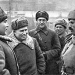 14 февраля 1943-го года в освобожденном Ростове. Командующий Южным фронтом генерал-полковник Р.Я.Малиновский (первый слева) и член Военного совета Н.С.Хрущев(второй слева) беседуют со старшим лейтенантом Г.К.Мадояном (первый справа). Погон еще нет…