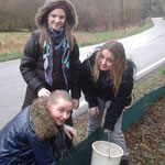 Jonna, Cara und Dana kontrollieren einen Eimer