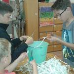 Die Jungs verkleinern das geschretterte Papier
