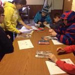 Die Kinder malen eine Habicht-Maske aus
