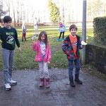 Leon, Sarah und Paul lassen ihre Papierflieger steigen