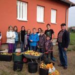 Die NAJU mit den mitgebachten Äpfeln vorm Kelterhaus