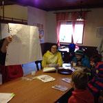 Gemeinsam lesen die Kinder den Steckbrief vor