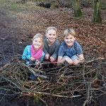 Dana, Neele und Yannik haben ein Storchennest gebaut