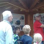 Die Vogelfreunde zeigen uns ihre Schautafeln