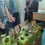 Einsetzen der gefüllten Plastikbeutel in Pappkartons