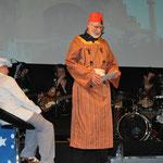 Das Sultans-Kostüm mit echtem Fez im Einsatz mit Bernhard Domberg bei einer Musicalaufführung der Musikschule Bad Bramstedt; Foto Uwe Staehler-Pohl