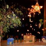 weihnachtlicher Stall - Weihnachtsstall mit Sternenhimmel einer Lichterkette