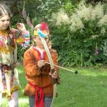 Pfeil und Bogen Schießen bei der Indianerparty