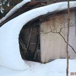 屋根に積もった雪の垂れ下がりが地面についていて、びっくりして撮影しました(江刺 菊池 吉助さん)