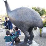 上野動物園に絶滅した巨鳥「エピオルニス」の像がありました。マダガスカル島の固有種で、17世紀に絶滅したそうです。(江刺建築組合事務局)