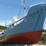 宮城県鮎川港に展示されている捕鯨船「第十六利丸」を撮影。近くでみると大迫力です(県連書記局)