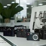 Sammelsurium von LEICA Kameras mit einem Foto vom Vater der Ur-Leica, Oskar Barnack
