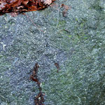 grünes Mineral auf Bruchfläche