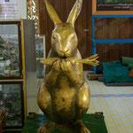 Der Hase steht im Buddhismus als Symbol für die vollkommene Selbstaufopferung,hier steht er auch  als Opferstock.
