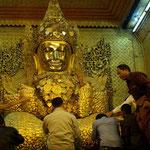 Mit dicken Blattgoldschichten versehener Buddha.