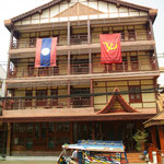 Laotische und sowjetische Fahnen schmücken viele Häuser