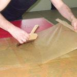Durchführung einer Japanpapierkaschierung zur SIcherung eines stark beschädigten Plakates