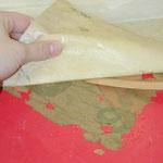 Entfernung einer rückseitigen Kaschierung aus holzschliffhaltigem Papier von einem beschädigten Plakat