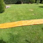 Unterlegplane auf dem Rasen ausklappen