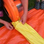 Luftschlauch mit Klettband befestigen