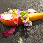 サクラマス、赤玉ねぎ、ディルのタルタルソース。ラディッシュ、ラディッシュの実・花