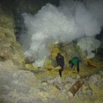 Schwefelabbau im Crater des Mount Ijen
