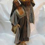 """16T - Uomo con frutta di """"ANGELA TRIPI in terracotta e tessuto vero"""