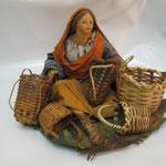 """28T - Donna seduta con ceste di """"ANGELA TRIPI"""" in terracotta"""
