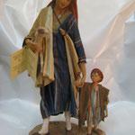 """17T - Donna con Bambino di """"ANGELA TRIPI"""" in terracotta e tessuto vero"""