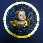 25A - Quadretto con Angelo in legno scolpito a mano su mosaico azzurro profilato con vernice in oro zecchino