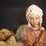 6P - particolare del volto della Madonna nella Pietà del Michelangelo - scultura in legno dipinta a mano